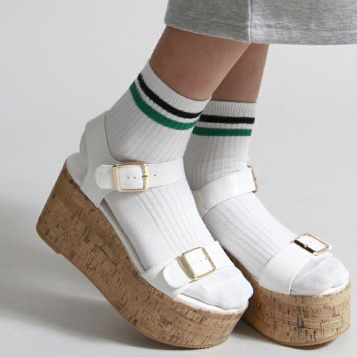 春夏に大活躍!白サンダルの靴下コーディネート15選
