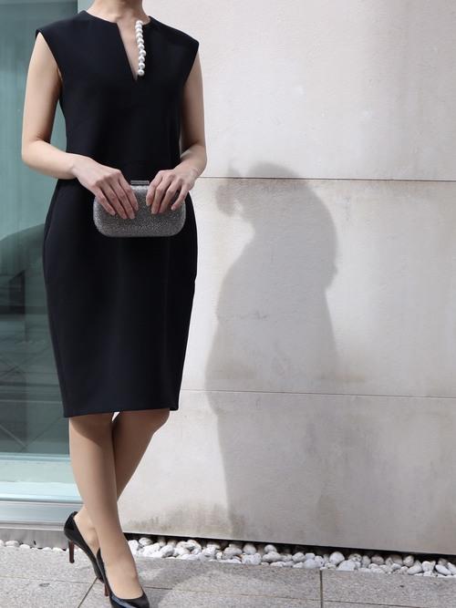 結婚式お呼ばれした時の黒ドレスコーデに合わせる靴の色は
